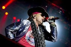 <p>Foto de archivo del cantante Axl Rose del grupo Guns N' Roses durante el Festival de Rock sueco en Solvesborg, Suecia, jun 12 2010. Si creyeron lo publicado la noche del domingo en la cuenta Twitter de Axl Rose, el líder de Guns N' Roses había cancelado la próxima gira por Europa de la banda. REUTERS/Claudio Bresciani/Scanpix Sweden</p>
