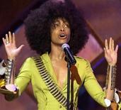 """<p>Певица Эрика Баду выступает на премии Essence Awards в Голливуде 6 июня 2003 года.Суд приговорил """"королеву нео-соула"""" Эрику Баду к штрафу в размере $500 и условному заключению на шесть месяцев за то, что в апреле на съемках клипа певица разделась на месте убийства американского президента Джона Кеннеди в Далласе. REUTERS/Lucy Nicholson</p>"""