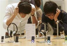 <p>Молодые люди слушают плееры iPod в магазине в Сеуле 26 августа 2009 года. Тинэйджерам лучше уменьшить громкость звука на плеерах - проведенное в США исследование показало, что число проблем со слухом среди молодежи выросло почти на треть за 15 лет. REUTERS/Choi Bu-Seok</p>