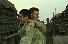 <p>Участники последней американской военной кампании в Ираке поздравляют друг друга с выводом войск из страны, 18 августа 2010 года. США выводят боевые части из Ирака после затянувшейся семилетней войны, оставляя в стране 56.000 военнослужащих, сообщил представитель администрации президента США Барака Обамы в среду вечером. REUTERS/U.S. Department of Defense/Handout</p>