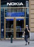 <p>Le titre Nokia progresse à la Bourse d'Helsinki, après la parution d'un article de la presse finlandaise indiquant que la valorisation actuelle du groupe pourrait être devenue suffisamment faible pour en faire la cible d'une opération de rachat. Des perspectives d'amélioration de l'offre de smartphones du groupe finlandais soutiennent également le titre. /Photo d'archives/REUTERS/Bob Strong</p>
