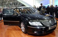 """<p>Автомобиль Volkswagen Phaeton на автосалоне в Женеве, 5 марта 2002 года. Московский международный автомобильный салон (ММАС-2010), который пройдет в выставочном центре """"Крокус-Экспо"""" с 27 августа по 5 сентября, станет первой масштабной международной автомобильной выставкой в РФ, организованной после обрушившего авторынок экономического кризиса. REUTERS/STR New</p>"""
