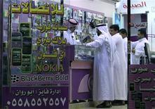 <p>Foto de archivo de unas personas frente a una tienda de teléfonos BlackBerry en Riad, ago 10 2010. La disputa entre los estados árabes del Golfo Pérsico y el fabricante del teléfono BlackBerry por el acceso a las comunicaciones encriptadas subraya el nerviosismo en torno a las amenazas latentes a la seguridad de la región, desde Irán hasta Al Qaeda. REUTERS/Fahad Shadeed</p>