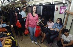 <p>Женщины заходят в вагон только для женщин в Джакарте 19 августа 2010 года. Вагоны только для женщин появились в столице Индонезии Джакарте для борьбы с сексуальными домогательствами на переполненных пригородных маршрутах. REUTERS/Crack Palinggi</p>