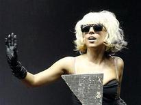 <p>Imagen de archivo de la cantante Lady Gaga, durante una presentación en Irvine, California. Mayo 9 2009. En un intercambio simbólico de la corona de princesa del pop, Lady Gaga se convertirá pronto en el usuario de Twitter número uno del mundo al sobrepasar la cantidad de seguidores de la campeona actual Britney Spears. REUTERS/Mario Anzuoni/ARCHIVO</p>