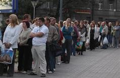 <p>Жители Петербурга стоят в очереди на автобус после отключения метро, 20 августа 2010 года. Большая часть Санкт- Петербурга, включая центр, в пятницу вечером неожиданно осталась без электричества и воды, что вызвало панику горожан, которым в лучшем случае пришлось сидеть дома без света, а в худшем - в час пик во тьме выбираться из остановившейся подземки или провести долгие часы в огромных пробках на трассах с отключенными светофорами. REUTERS/Alexander Demianchuk</p>