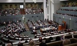 <p>Заседание австралийского парламента в Канберре 13 февраля 2008 года. Прошедшие в Австралии парламентские выборы, по всей видимости, не принесли необходимого большинства голосов ни одной из партий, и теперь победителем станет тот, кто сумеет заручиться поддержкой независимых кандидатов. REUTERS/Andrew Sheargold/Pool</p>