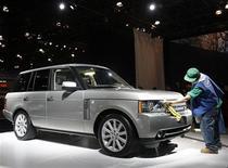 """<p>Рабочий протирает Range Rover на Нью-Йоркском автошоу 8 апреля 2009 года. Московский международный автомобильный салон (ММАС-2010), который пройдет в выставочном центре """"Крокус-Экспо"""" с 27 августа по 5 сентября, станет первой масштабной международной автомобильной выставкой в РФ, организованной после обрушившего авторынок экономического кризиса. REUTERS/Shannon Stapleton</p>"""