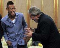 <p>O presidente Luiz Inácio Lula da Silva brinca com o atacante do Santos Neymar em São Paulo. 23/08/2010 REUTERS/Paulo Whitaker</p>