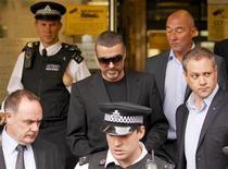 <p>Британский певец Джордж Майкл (в центре) выходит из здания суда в Лондоне, 24 августа 2010 года. Британский певец Джордж Майкл признался, что был под воздействием марихуаны в день, когда врезался на автомобиле в здание в северной части Лондона в начале прошлого месяца. REUTERS/Andrew Winning</p>