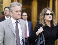 """<p>Актер Майкл Дуглас и его экс-супруга Диандра выходят из здания суда в Манхэттене 20 апреля 2010 года. Бывшая жена Майкла Дугласа подала на актера в суд и потребовала 50 процентов гонорара за сиквел фильма """"Уолл-стрит"""". REUTERS/Shannon Stapleton</p>"""