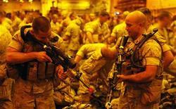 """<p>Морские пехотинцы армии США на борту USS Bonhomme Richard во время учений, Гавайи 11 июля 2010 года. Большинство служащих морской пехоты США не хотели бы спать в одном помещении с не скрывающими свою ориентацию геями или лесбиянками, что может стать помехой на пути отмены политики """"не спрашивай, не говори"""". REUTERS/Hugh Gentry</p>"""
