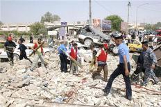 <p>Сотрудники служб безопасности работают на месте взрыва бомбы в городе Кут 25 августа 2010 года. Более 90 человек погибли и более 200 получили ранения в результате серии атак боевиков-экстремистов на сотрудников служб безопасности Ирака в Багдаде и других городах, спустя всего несколько дней после вывода из страны боевых частей армии США. REUTERS/Jaafer Abed</p>