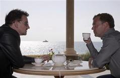 <p>O presidente da Rússia, Dmitry Medvedev, conversa com o músico Bono Vox na residência presidencial Bocharov Ruchei, em Sochi, 24 de agosto de 2010. REUTERS/RIA Novosti/Kremlin/Mikhail Klimentyev</p>