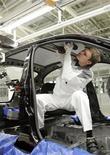 <p>Сотрудник завода Volkswagen работает на сборочной линии в Калуге 20 октября 2009 года. Мировые автопроизводители, работающие в России, повышают ожидания по объему рынка 2010 году на фоне роста продаж в последние месяцы. REUTERS/Alexander Natruskin</p>