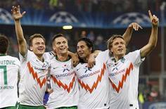 <p>Claudio Pizarro (2o à dir), comemora gol com colegas do Werder Bremen contra o Sampdoria nas classificatórias da LIga dos Campeões. 24/08/2010 REUTERS/Giampiero Sposito</p>