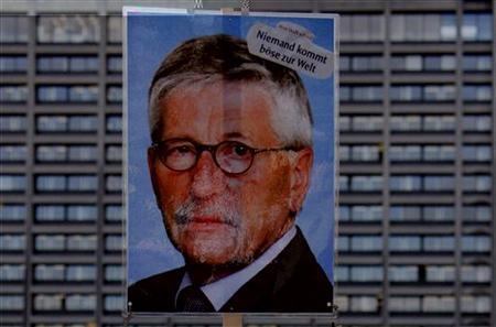 Archivbild: Protestplakat mit einem Foto von Bundesbank-Vorstand Sarrazin während einer Demonstration vor der Bundesbank in Frankfurt am 13. Oktober 2009. REUTERS/Johannes Eisele