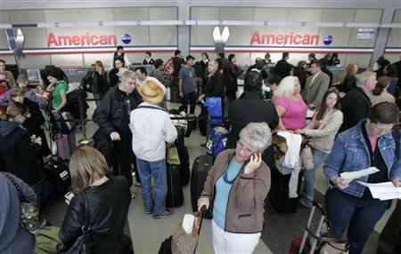 American Airlines passengers line up at the ticket counter at Chicago's O'Hare International Airport April 9, 2008. REUTERS/John Gress