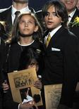 <p>Dois filhos de Michael Jackson começaram a frequentar a escola pela primeira vez, após passarem anos sendo educados por tutores domésticos, disse o site de celebridades TMZ.com na sexta-feira. REUTERS/Gabriel Bouys/Pool</p>