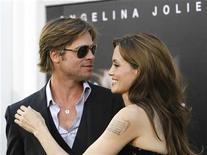 """<p>Foto de archivo del actor Brad Pitt y su esposa y colega Angelina Jolie durante el estreno de la película """"Salt"""" en Hollywood, jul 19 2010. La cadena Fox News está siendo demandada por mostrar un video no autorizado de Brad Pitt perdiendo el control de su motocicleta mientras conducía a baja velocidad por Hollywood. REUTERS/Mario Anzuoni</p>"""