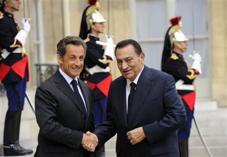 France's President Nicolas Sarkozy (L) greets Egypt's President Hosni Mubarak as he arrives at the Elysee Palace in Paris, August 30, 2010. REUTERS/Philippe Wojazer