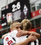 <p>Filip Daems e Marco Reus do Borussia Moenchengladbach comemoram gol contra o Bayer Leverkusen, marcando 6x2, em jogo que terminou em 6x3. 29/08/2010 REUTERS/Ina Fassbender</p>