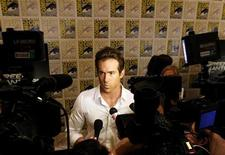 "<p>Actor Ryan Reynolds, who will play the lead in the upcoming Warner Bros motion picture ""Green Lantern"", is surrounded by cameras at Comic Con in San Diego, California July 24, 2010. REUTERS/Mike Blake</p>"