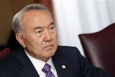 <p>Президент Казахстана Нурсултан Назарбаев на встрече в Брюсселе, 10 апреля 2010 года. Бессменный президент Казахстана Нурсултан Назарбаев потребовал от чиновников воздержаться от увеличения государственных расходов под предлогом завершения кризиса. REUTERS/Sebastien Pirlet</p>