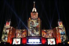 <p>Лазерные проекции отражаются на главном здании МГУ, 4 сентября 2005 года. 1 сентября 1953 года в Москве на Воробьевых горах состоялось торжественное открытие главного здания МГУ. REUTERS/Alexander Natruskin</p>