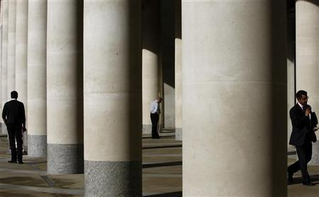 City workers take a break outside the London Stock Exchange October 27, 2008.REUTERS/Alessia Pierdomenico