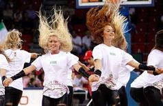 <p>Un grupo de porristas actúan el miércoles en el partido entre Estados Unidos e Irán por el Mundial de baloncesto que se disputa en Turquía. Sep 1, 2010. REUTERS/Jeff Haynes</p>