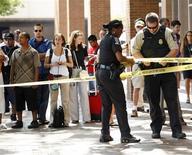 <p>Un par de policías del condado de Montgomery encordona el área fuera del canal Discovery Channel en Silver Spring, EEUU, sep 1 2010. Un hombre armado que tomó el miércoles a tres rehenes en la sede de Discovery Channel en un suburbio de Washington fue puesto bajo vigilancia luego de que la policía le disparara y liberara a los cautivos, informó la fuerza. REUTERS/Molly Riley</p>