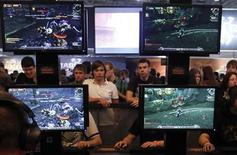 <p>Visitors play ''World of Warcraft'' at their exhibition stand at the Gamescom 2010 fair in Cologne August 19, 2010. REUTERS/Ina Fassbender</p>