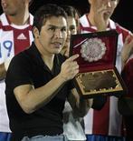 <p>Salvador Cabanas com placa da associação nacional de futebol do Paraguai, recebendo homenagem de sua equipe antes do amistoso contra a Costa Rica em Assunção. Segundo um depoimento, Cabañas era amigo do homem que lhe deu um tiro na cabeça. 11/08/2010 REUTERS/Jorge Adorno</p>