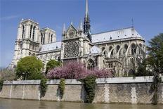<p>Вид на собор Парижской Богоматери в Париже 16 апреля 2008 года. 3 сентября 2006 года в Париже переименовали площадь перед собором Парижской Богоматери в честь покойного Папы Римского Иоанна Павла II. REUTERS/Charles Platiau</p>