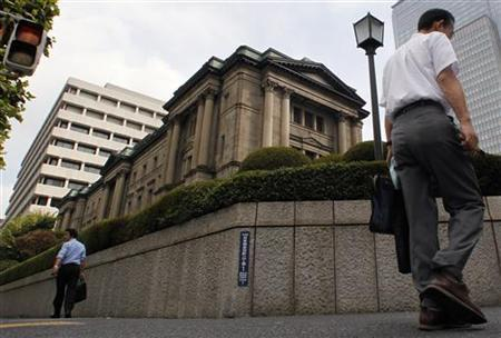 Pedestrians walk past the Bank of Japan building in Tokyo August 30, 2010. REUTERS/Yuriko Nakao
