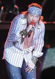 <p>Imagen de archivo del líder de Guns N' Roses, Axl Rose, durante un concierto en Montevideo. Mar 18 2010 La banda estadounidense de música rock Guns N' Roses desató al ira de una multitud en Irlanda después de aparecer con casi una hora de atraso para un concierto -y luego abandonaron el escenario debido a una lluvia de vasos de plástico. REUTERS/Patricia Torres/ARCHIVO</p>