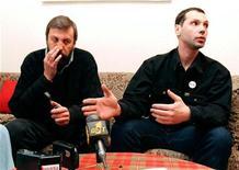 <p>Журналист Олег Бебенин (справа) общается с лидером беларусской правозащитной группы Хартия-97 Андреем Санниковым, 6 февраля 1999 года. Представители белорусской оппозиции сомневаются в официальной версии самоубийства известного оппозиционного журналиста, который был найден повешенным на собственной даче в минувшую пятницу. REUTERS/Vasily Fedosenko</p>