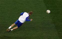 """<p>Игрок сборной Нидерландов Дирк Кёйт во время тренировки в Йоханнесбурге 10 июля 2010 года. Форвард """"Ливерпуля"""" Дирк Кёйт пропустит ближайшие четыре недели из-за травмы плеча, полученной в сборной Нидерландов, сообщил английский клуб. REUTERS/David Gray</p>"""