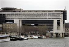"""<p>Le ministère de l'Economie a proposé d'appliquer le taux de TVA de 19,6% à l'intégralité des offres """"triple-play"""", qui regroupent télévision, internet et téléphone fixe. Cette idée, si elle est adoptée par l'Elysée et Matignon, permettrait à l'Etat d'engranger des centaines de millions d'euros de recettes supplémentaires dans un contexte budgétaire tendu. /Photo d'archives/REUTERS</p>"""