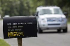 <p>A car passes by the mailbox for the Dove World Outreach Center in Gainesville, Florida September 8, 2010. REUTERS/Scott Audette</p>