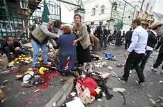 <p>Жители Владикавказа оказывают помощь людям, пострадавшим в результате взрыва, 9 сентября 2010 года. По меньшей мере пять человек погибли и более десятка ранены в результате мощного взрыва в центре Владикавказа на юге России в четверг, сообщили следователи, подозревающие теракт. REUTERS/Kazbeg Basayev</p>