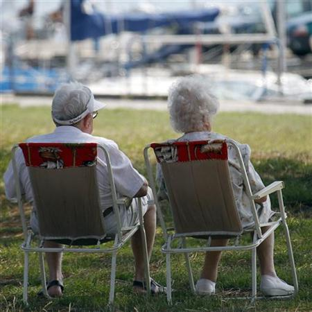 Seniors relax by the sea in Andernos, Southwestern France, June 23, 2010. REUTERS/Regis Duvignau