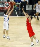 <p>O jorgador sérvio Milos Teodosic (à esquerda) durante partida contra a Espanha pelo campeonato mundial de basquete em Istambul, 8 de setembro de 2010. REUTERS/Jeff Haynes</p>