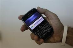 <p>Imagen de archivo de un empleado mostrando las funciones de una Blackberry en Herzliya, Israel. Sep 2 2010 Research In Motion anunció el martes la compra de los activos del desarrollador de Documents To Go, DataViz, y la contratación de la mayoría de sus trabajadores para centrarse en respaldar la plataforma de BlackBerry. REUTERS/Nir Elias/ARCHIVO</p>