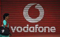 <p>Le britannique Vodafone a annoncé jeudi sa réorganisation, qui prévoit notamment une gestion distincte de ses participations minoritaires, à la suite des plaintes de certains actionnaires. /Photo d'archives/REUTERS/Arko Datta</p>