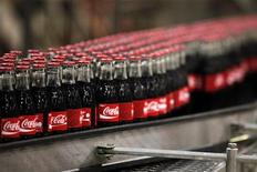 <p>Бутылки Coca-Cola, выпущенные на заводе компании близ Парижа, 10 июня 2010 года. 10 сентября 2010 года компания Coca-Cola возобновила деятельность в Афганистане. REUTERS/Jacky Naegelen</p>