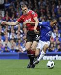 <p>Steven Pienaar, do Everton, e Darren Fletcher, do Manchester United, marcaram dois dos seis gols da partida, que terminou com um empate de 3x3. 11/09/2010 REUTERS/Nigel Roddis</p>