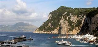 <p>Итальянский остров Капри 16 августа 2006 года. Гостиничные номера в городах Капри, Женеве и Нью-Йорке признаны самыми дорогими, что свидетельствует о подъеме мировой экономики, согласно ежегодному исследованию туристического сайта Hotels.com. REUTERS/Stringer/Files</p>