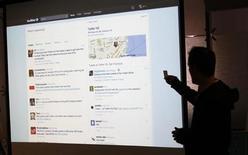<p>Исполнительный директор Twitter Эван Уильямс демонстрирует новый дизайн сайта в Сан-Франциско, 14 сентября 2010 года. Социальная сеть Twitter, число пользователей которой в этом месяце превысило 145 миллионов человек, обновила дизайн веб-сайта с целью упростить клиентам процесс поиска новой информации и управления сервисами. REUTERS/Robert Galbraith</p>